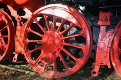 从一辆老蒸汽机车的飞轮 免版税库存照片