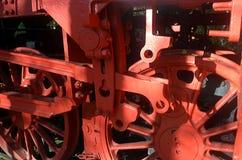从一辆老蒸汽机车的飞轮 免版税库存图片
