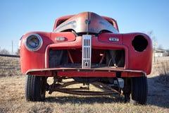 一辆老被放弃的汽车的缺掉前面格栅 库存图片