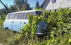 一辆老被放弃的汽车 免版税库存图片
