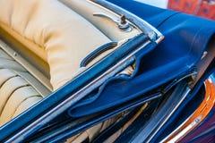 一辆老豪华汽车的敞篷车上面 免版税图库摄影