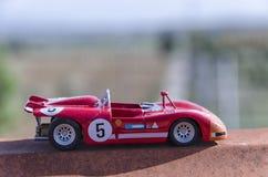 一辆老赛车的模型在阳光下 免版税库存图片