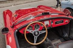 一辆老赛车的仪表板 免版税库存照片