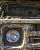 一辆老,生锈的汽车的片段 车灯和二赖子的部分 免版税库存照片