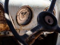 一辆老击毁汽车的车速表和仪表板在Namib de离开 图库摄影