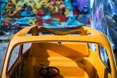 一辆老colorfull被放弃的汽车 免版税库存照片