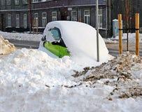 一辆肮脏的小汽车到肮脏的雪里 免版税库存照片