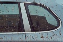 一辆肮脏的汽车的特写镜头图象在一次旅行以后的在乡下附近 库存图片