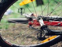 一辆肮脏的自行车在地面上说谎 细节是特写镜头,轮子从在恶劣天气的一次旅行是肮脏的 库存图片
