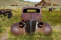 一辆腐朽的汽车在沙漠鬼城, Bodie 库存图片