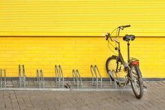 一辆自行车位于专辑被装备的停车处 库存图片