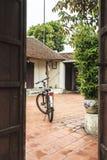 一辆自行车在古老村庄在河内 免版税库存图片