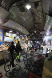 一辆自行车的一个人在义卖市场在耶路撒冷 库存照片