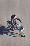 一辆自行车的中国妇女有篮子的,北京,中国 库存照片