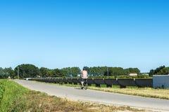 一辆自行车的人在一条路在乡下在西班牙 免版税图库摄影