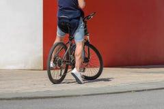 一辆自行车的人在城市街道上 免版税库存照片