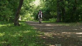 一辆自行车的人在夏天在公园 股票视频