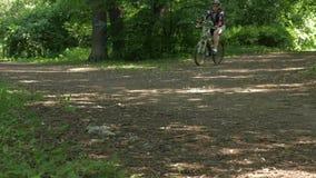 一辆自行车的人在夏天在公园 股票录像