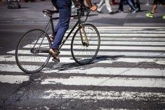 一辆自行车的人在横穿在曼哈顿 免版税图库摄影