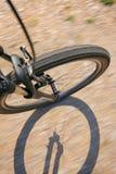 一辆自行车的前轮在土路的 免版税图库摄影