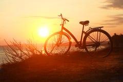 一辆自行车的剪影在日落的 免版税图库摄影