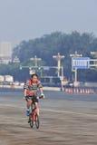一辆自行车的在清早,北京,中国通勤者 免版税图库摄影