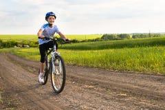 一辆自行车的女孩在农村风景 库存图片