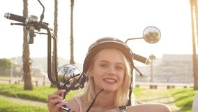 一辆自行车的妇女在城市在一个晴天 股票视频