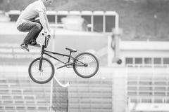 一辆自行车的少年在跳高 免版税库存图片