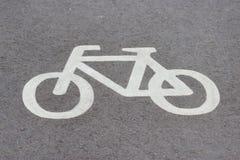 一辆自行车的标志在沥青的 库存图片