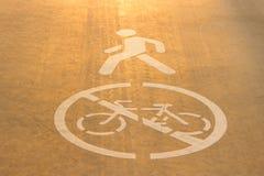 一辆自行车的标志在沥青的 免版税库存图片
