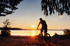 一辆自行车的男孩在日落 喀尔巴阡山脉,乌克兰,欧洲 免版税库存照片