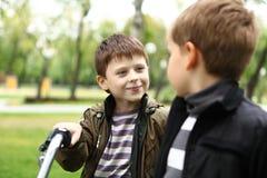 一辆自行车的男孩在绿色公园 库存照片