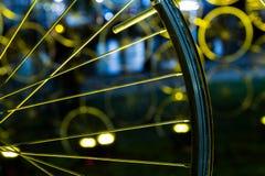 一辆自行车的轮子在黄灯的 免版税库存图片