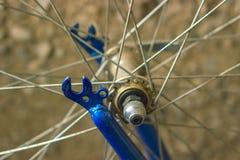 一辆自行车的金属插孔的宏观细节有蓝色叉子的 库存图片
