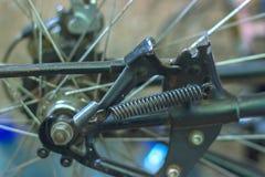 一辆自行车的金属插孔的宏观细节有蓝色叉子的 免版税图库摄影