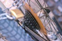 一辆自行车的金属插孔的宏观细节有蓝色叉子的 免版税库存图片