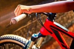 一辆自行车的骑自行车者在日落 特写镜头 库存图片