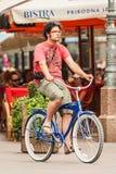一辆自行车的年轻人在萨格勒布市中心 免版税库存图片