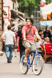 一辆自行车的年轻人在萨格勒布市中心 库存图片