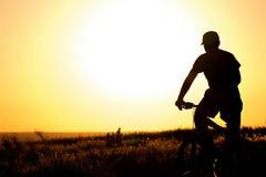 一辆自行车的年轻男孩在领域 库存照片
