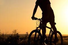 一辆自行车的年轻男孩在领域 免版税图库摄影