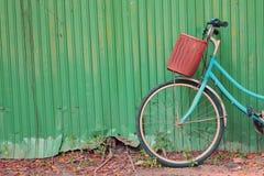 一辆自行车的细节在难看的东西金属墙壁的 免版税库存图片
