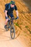 一辆自行车的活跃人在山路 库存照片