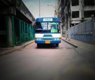 一辆蓝色公共汽车移动  免版税库存照片