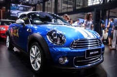 一辆蓝色微型小轿车 免版税库存照片
