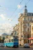一辆蓝色电车的看法在文尼察州的市中心 库存图片