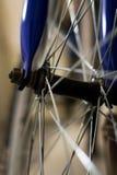 一辆蓝色自行车的肮脏的轮幅 库存照片