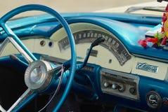 一辆蓝色葡萄酒卡迪拉克汽车的内部停放了在街道在哈瓦那,古巴 免版税库存照片