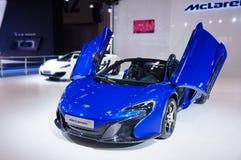 一辆蓝色迈凯伦跑车 免版税库存照片